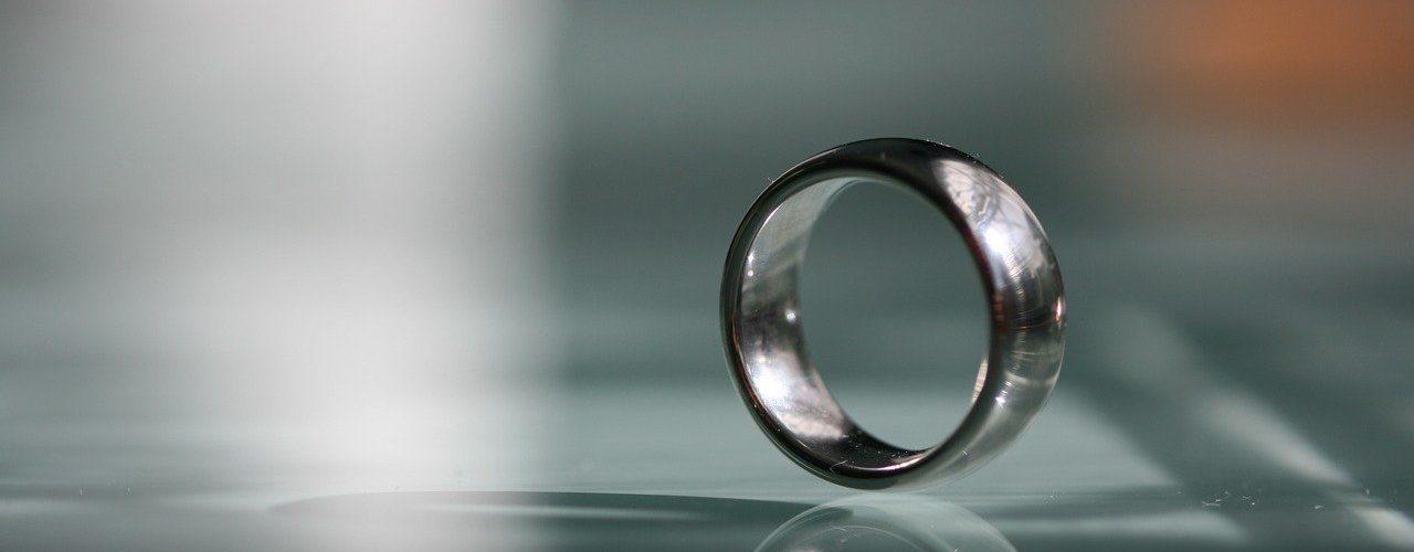 pourquoi-choisir-les-anneaux-de-mariage-en-tungstene